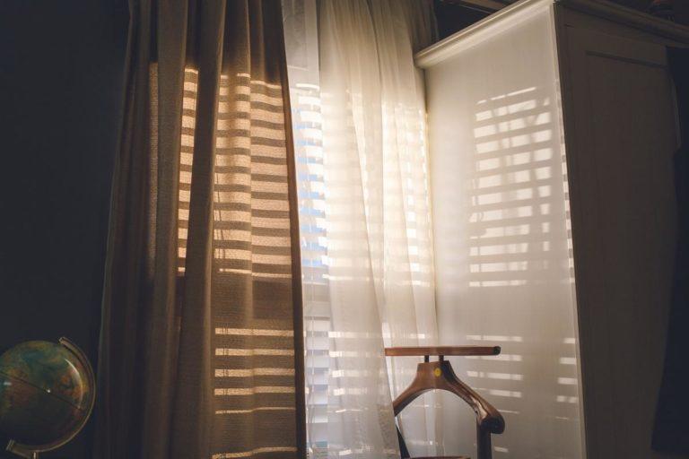 Rolety to praktyczny i niedrogi sposób na zasłonięcie okien